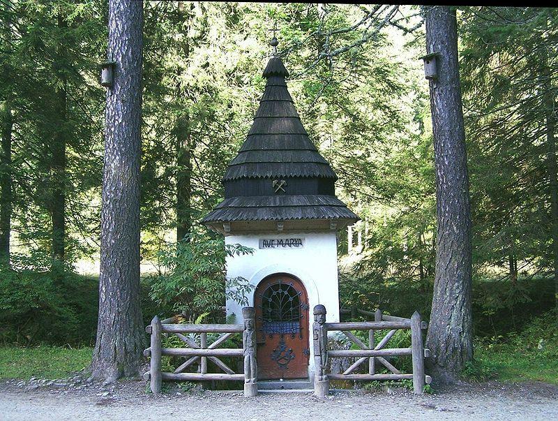 Kapliczka Zbójnicka - jedyny obiekt pozostały po istniejącym tu ośrodku górniczo-hutniczym