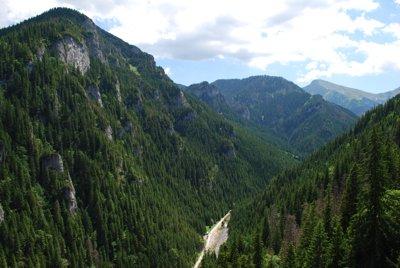 Brama Kraszewskiego ze szlaku na Stoły - widać charakterystyczne strome zbocza i wąskie dno doliny