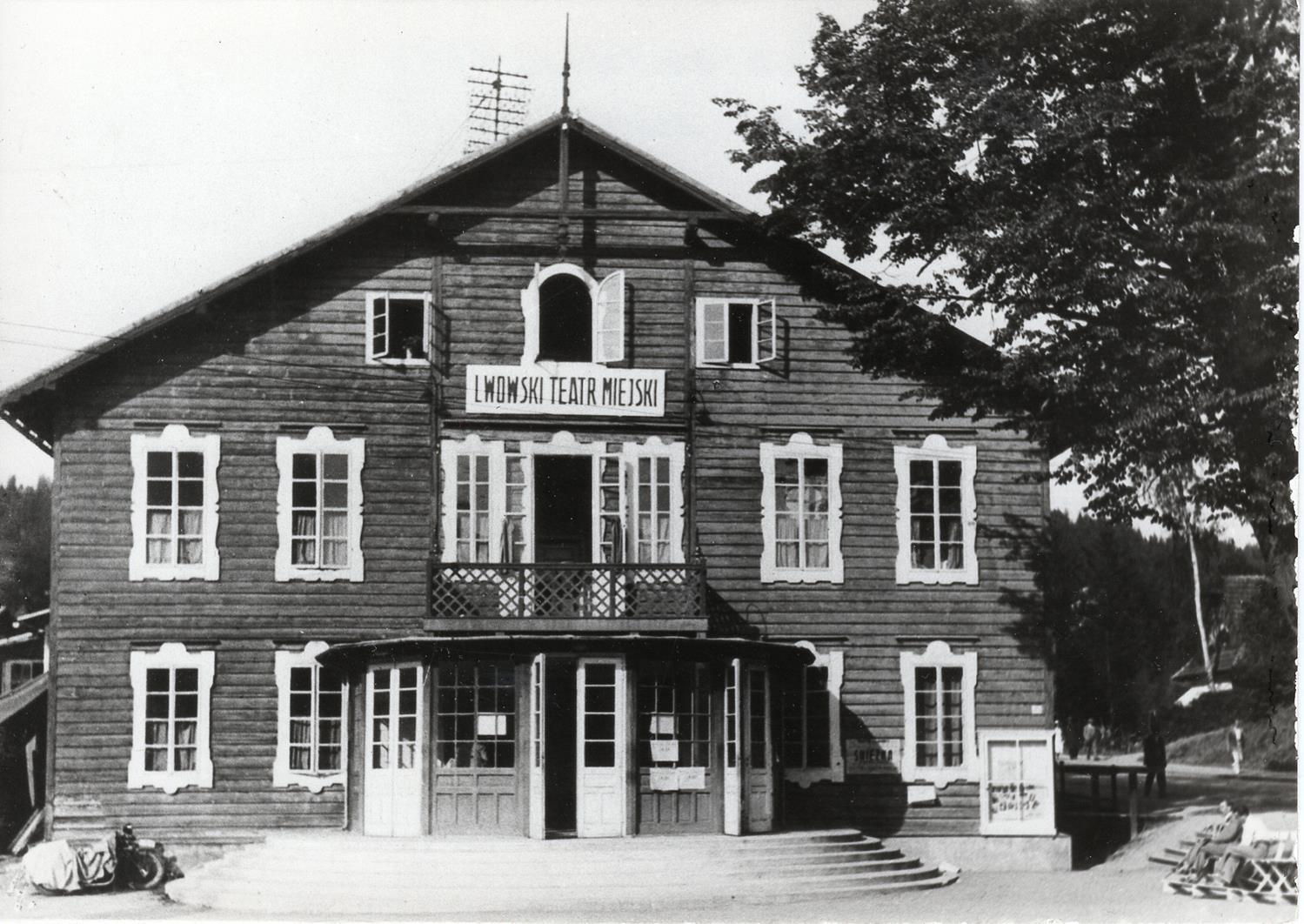 'Teatr Modrzewiowy' funkcjonował od 1883 r., niestety w 1943 r. spłonął