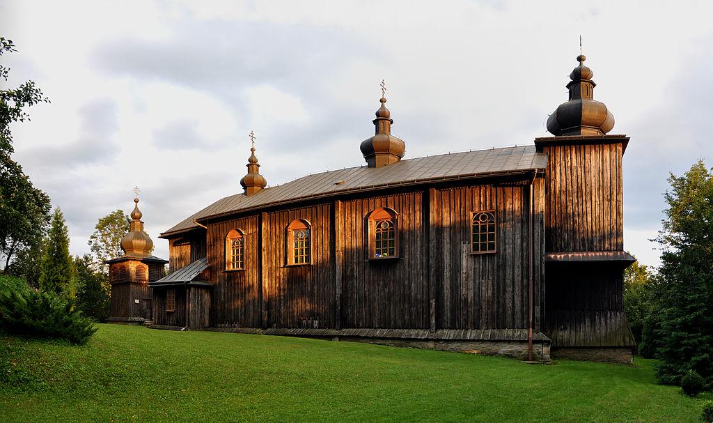 Cerkiew w Morochowie - przykład późnego typu wschodniego - prosty dach kalenicowy z maleńkimi hełmami, słabo zarysowana wieża.