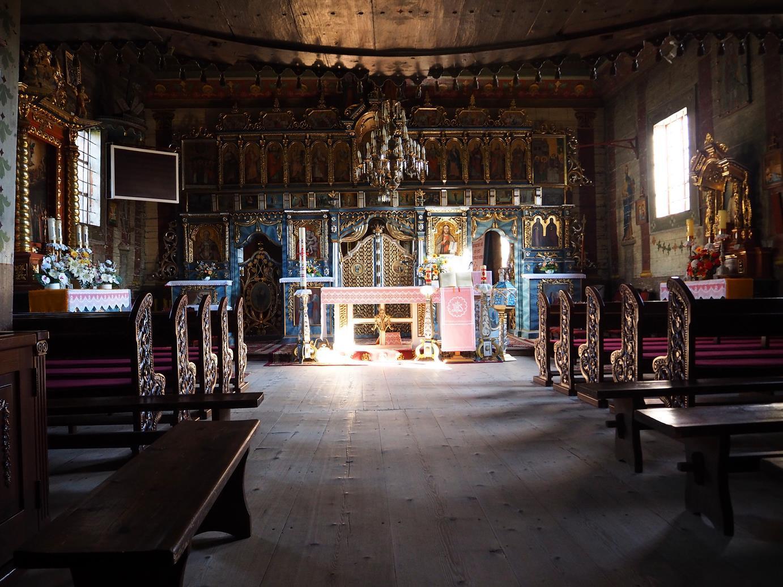 Wnętrze: kompletny ikonostas, po po lewej ołtarz ze słynnym obrazem Matki Boskiej Pokrow.