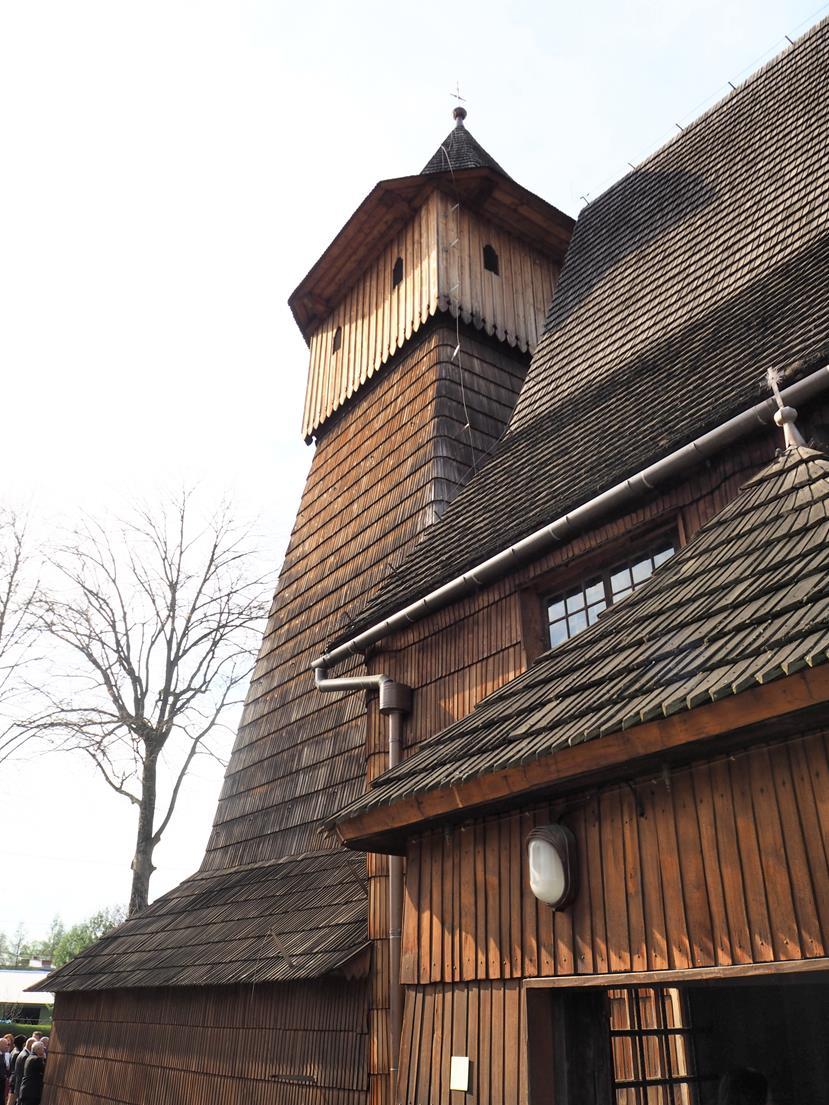 Zarówno ściany jak i dach są obite gontem.