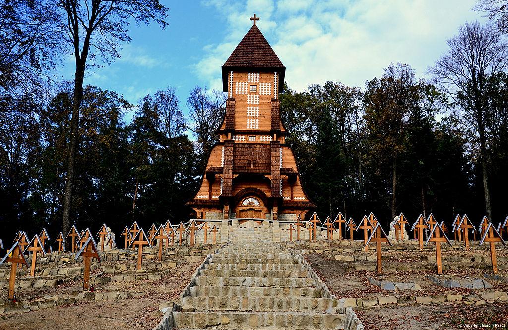 Cmentarz na Wzgórzu Pustki - samą gontynę zaprojektował Jurkovic, reszta jest dziełem Szczepkowskiego.