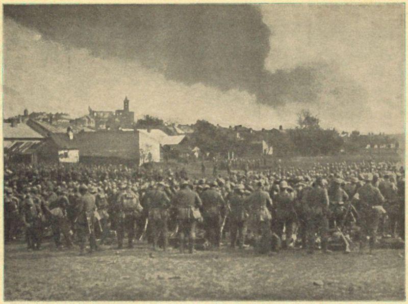 Żołnierze niemieccy szykujący się do szturmu, w tle Gorlice.