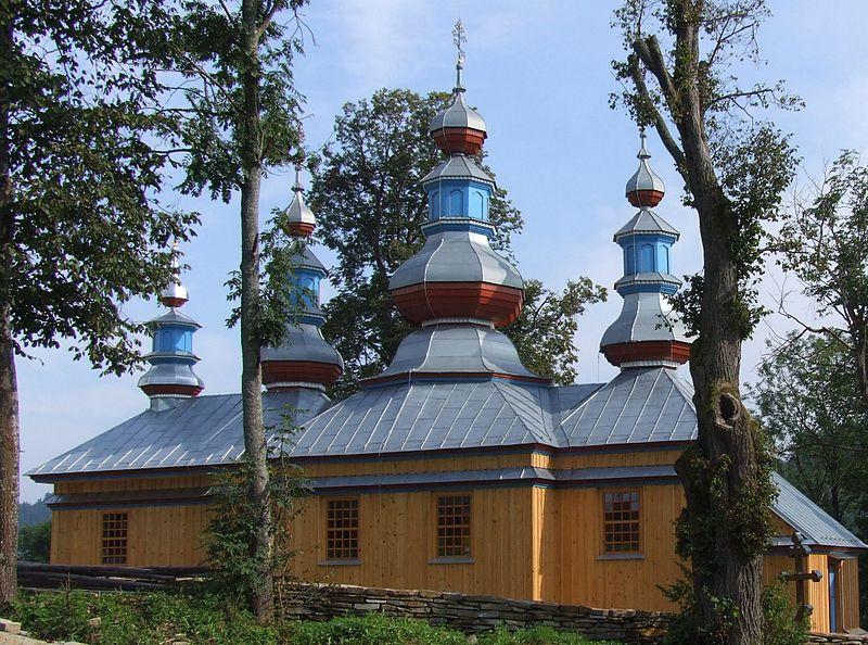 Cerkiew w Komańczy - wczesny typ wschodni - bez wieży (dzwonnica osobno), wszystkie dachy podobnej wysokości.