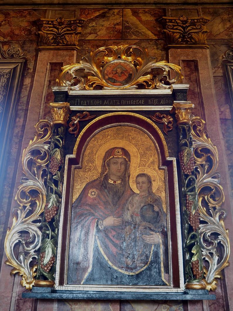 Matka Boża z Dzieciątkiem w prawej nastawie ołtarzowej.