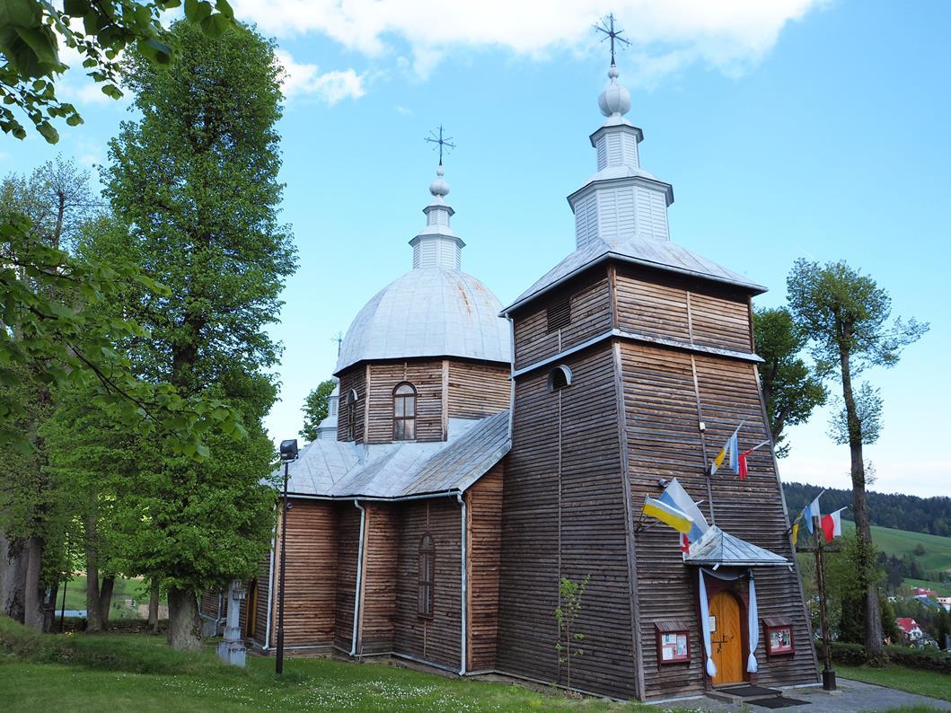 Obecnie jest to kościół rzymskokatolicki, więc dach wieńczą krzyże łacińskie.