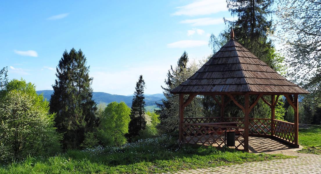 Wokół Góry Parkowej znajduje się kilkanaście altan, najstarsze mają ponad 100 lat.