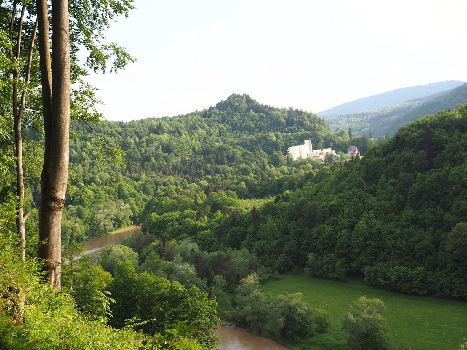 Dolina Popradu - w oddali 'Wiktor' i 'Ksieżówka'.