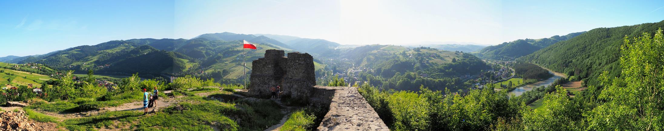 Z ruin roztacza się wspaniała panorama na dolinę Popradu, Rytro i pasmo Radziejowej.