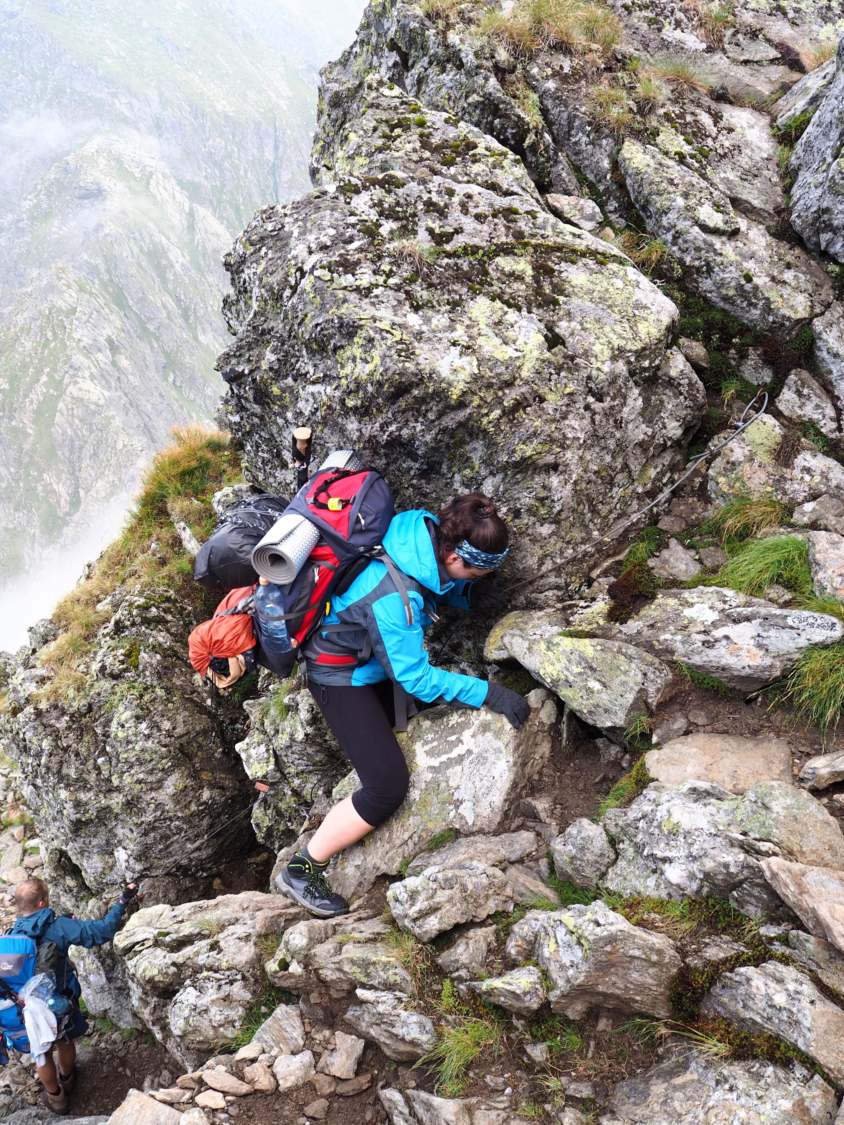 Strunga Cleopatrui, trudny technicznie szlak graniowy prowadzący na Negoiu. Pomimo 20 kg na plecach w skale szło się dobrze, Vibram pewnie trzymał.