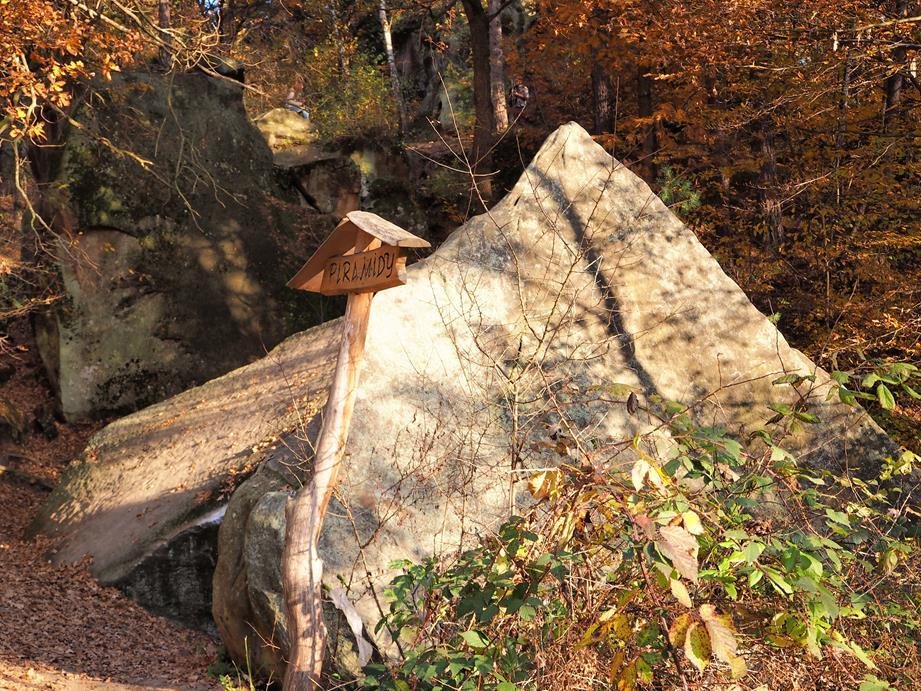 Piramidy to spore bloki skalne, które oderwały się od sąsiedniej skały.