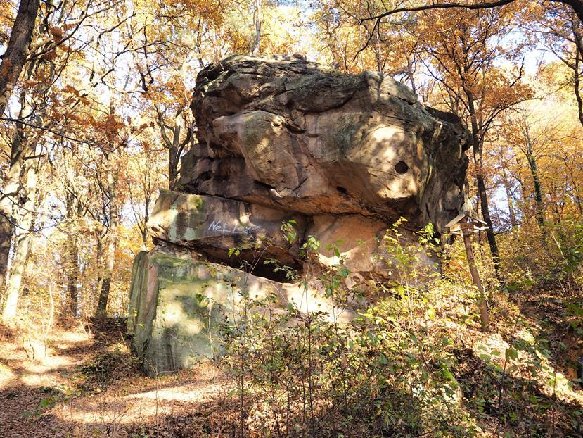 Warownia Górna - widoczne 'okna' strzelnicze, po drugiej stronie skały znajdują się XIX-wieczne graffiti.