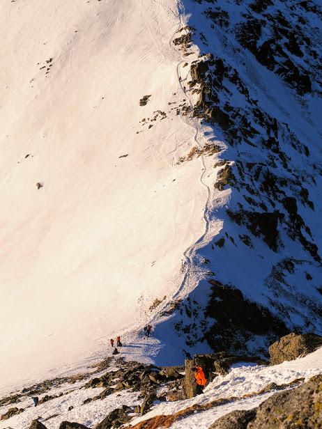 Widok z podejścia - w dole Świnicka Przełęcz
