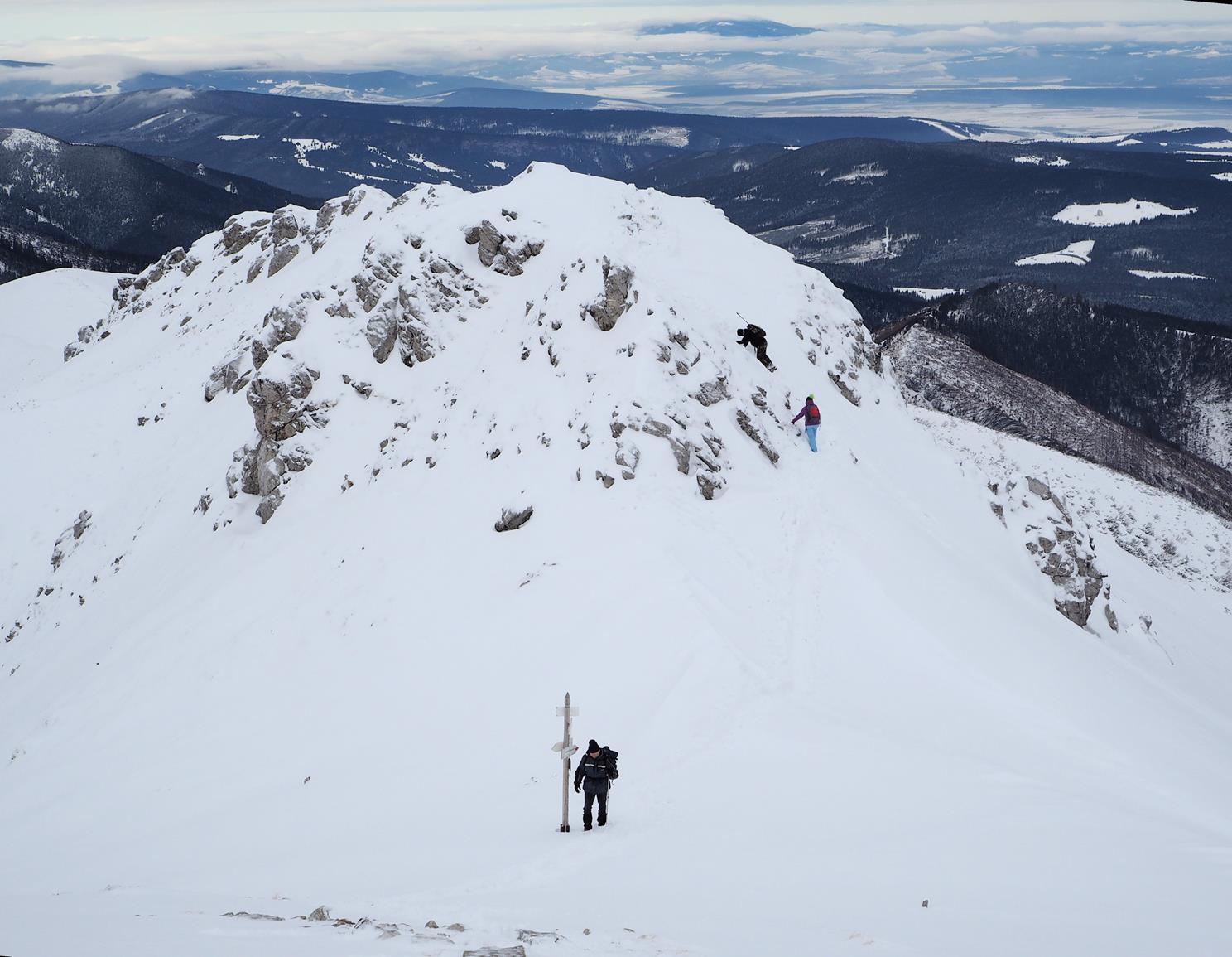 Chuda Przełęcz, za nią Chuda Turnia - jedno z dwóch umiarkowanie trudnych miejsc na całej trasie.