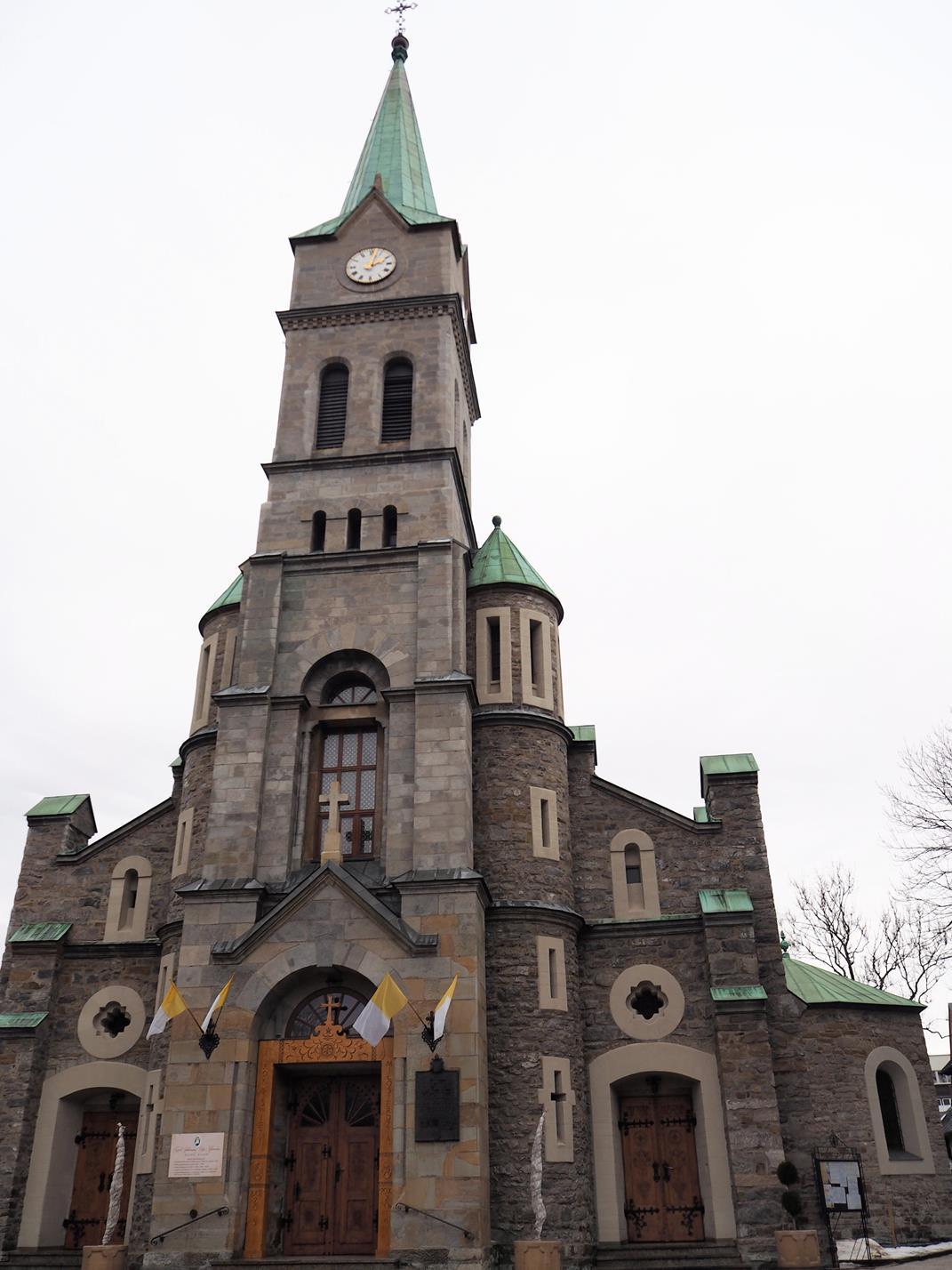 Neoromańska, kamienna bryła kościoła Św. Rodziny.