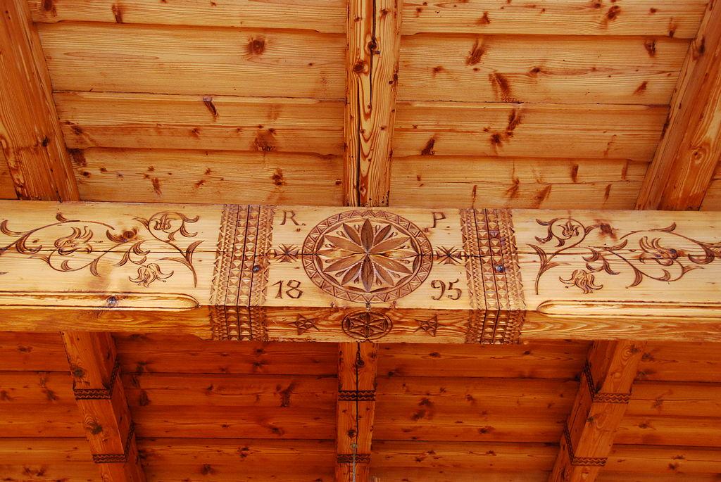 Zdobiona belka stropowa z datą budowy.