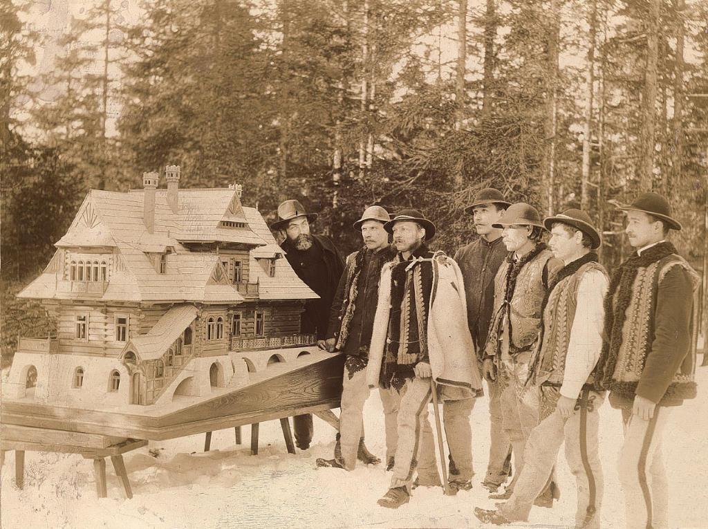Witkiewicz wraz z budowniczymi przy makiecie Domu pod Jedlami